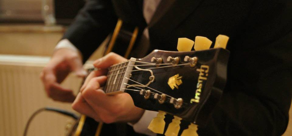 Alex Farran et sa guitare Gibson LesPaul.