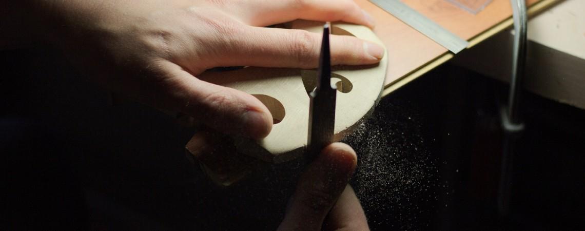 Affinage d'un chevalet de contrebasse pour en optimiser le son et le confort.