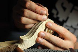 Contacter un luthier spécialiste des instruments de la famille du violon.