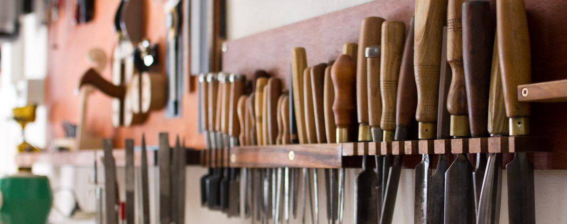 Rangée d'outils dans l'atelier de lutherie d'art