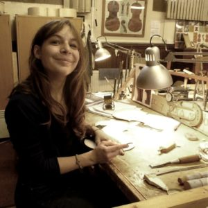 Elsa M. Deluca, luthière des instruments à cordes baroque.