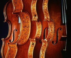 Ces célèbres instruments décorés par Antonio Stradivari sont dotés de petites incrustations en nacre dans leurs filets.