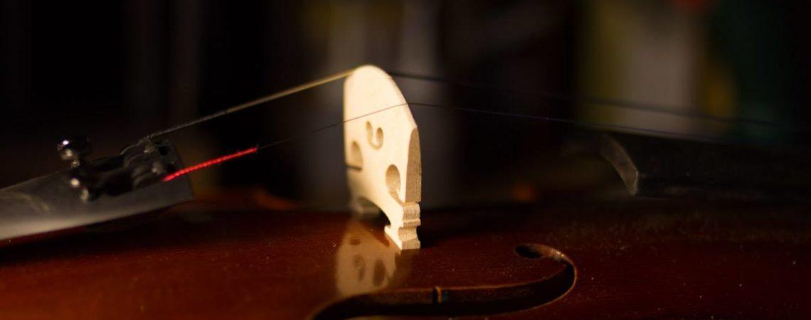 Le montage sur un violon d'étude est souvent grossier lorsque il sort de son atelier de fabrication, comme par exemple ce chevalet.