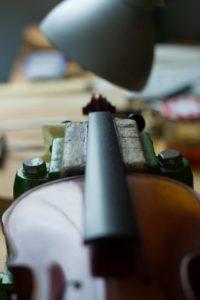 Le montage sur les violons d'étude inclut le dressage et le polissage de la touche.