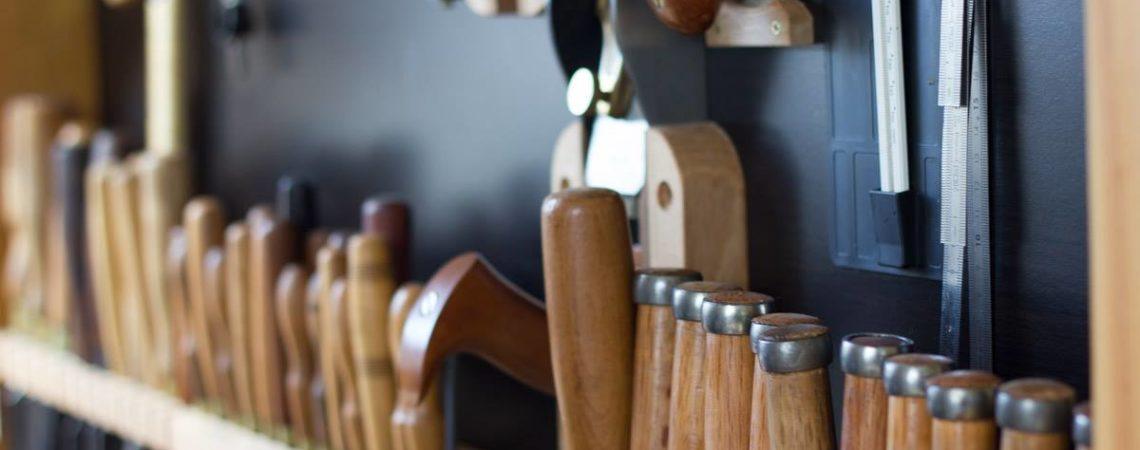 Un véritable atelier de luthier à Strasbourg, avec ses outils, ses odeurs de bois et de vernis. Une sorte de musée vivant du travail traditionnel.