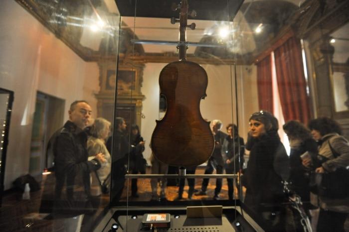 """""""Il Cannone"""" exposé dans la salle Paganini à Gênes."""
