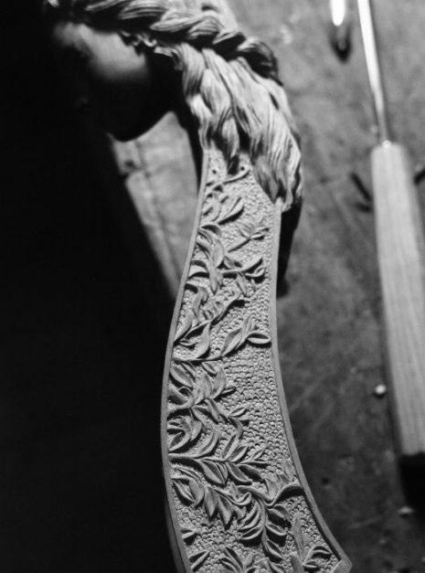 """Ambiance et bas-relief de la viole """"Printemps"""" par Détails sur la sculpture de la tête de la viole """"Printemps"""" par Elsa M Deluca."""