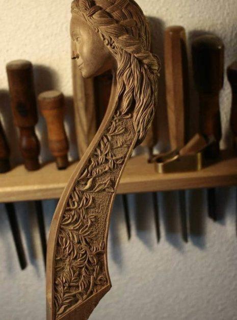 """Une autre vue du bas-relief de la sculpture de tête sur la viole """"Printemps"""" par Détails sur la sculpture de la tête de la viole """"Printemps"""" par Elsa M Deluca."""