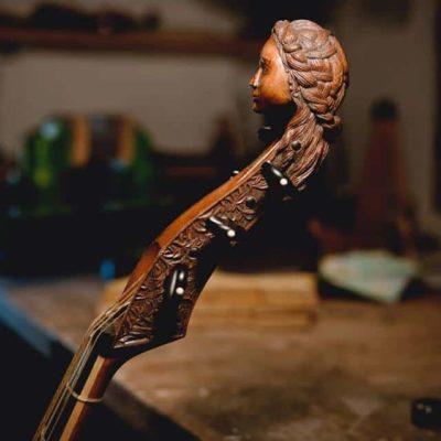 """Vu de côté de la sculpture de tête de la viole """"Printemps"""" par Détails sur la sculpture de la tête de la viole """"Printemps"""" par Elsa M Deluca.."""