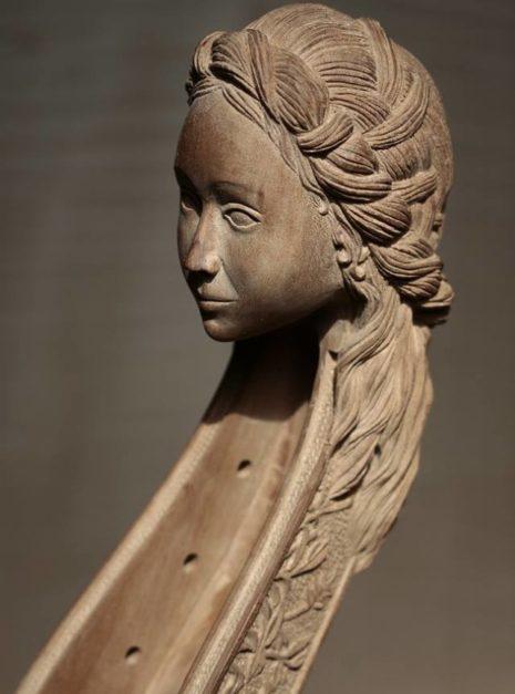 """Détails sur la sculpture de la tête de la viole """"Printemps"""" par Détails sur la sculpture de la tête de la viole """"Printemps"""" par Elsa M Deluca.."""