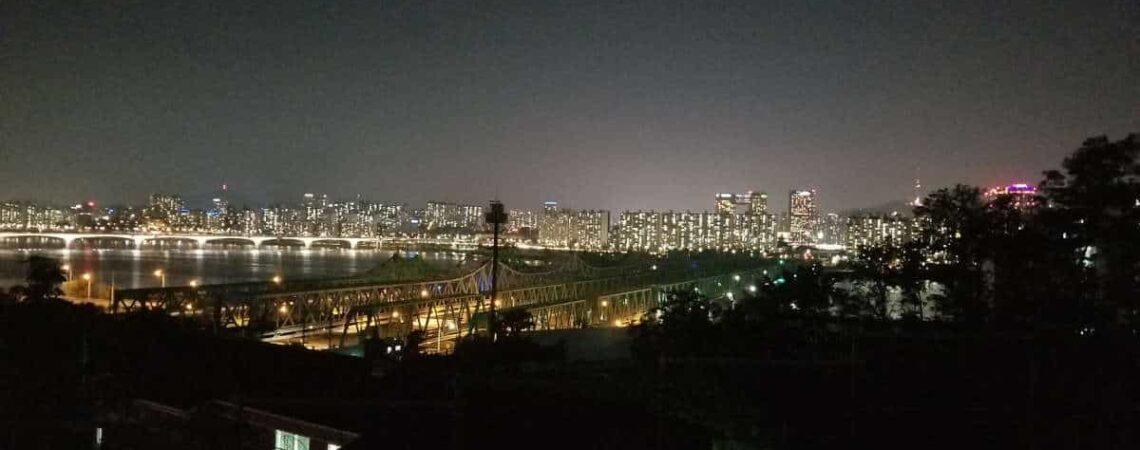Un luthier à Séoul de nuit