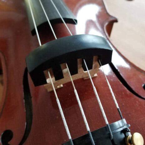 Sourdine en caoutchouc pour violon sur le chevalet